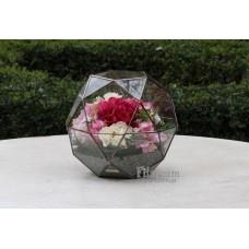 Букет из искусственных цветов в глобусе
