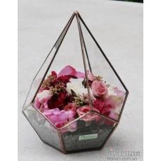 Букет из искусственных цветов в пирамиде