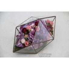 Букет из искусственных цветов в лежащем кристалле
